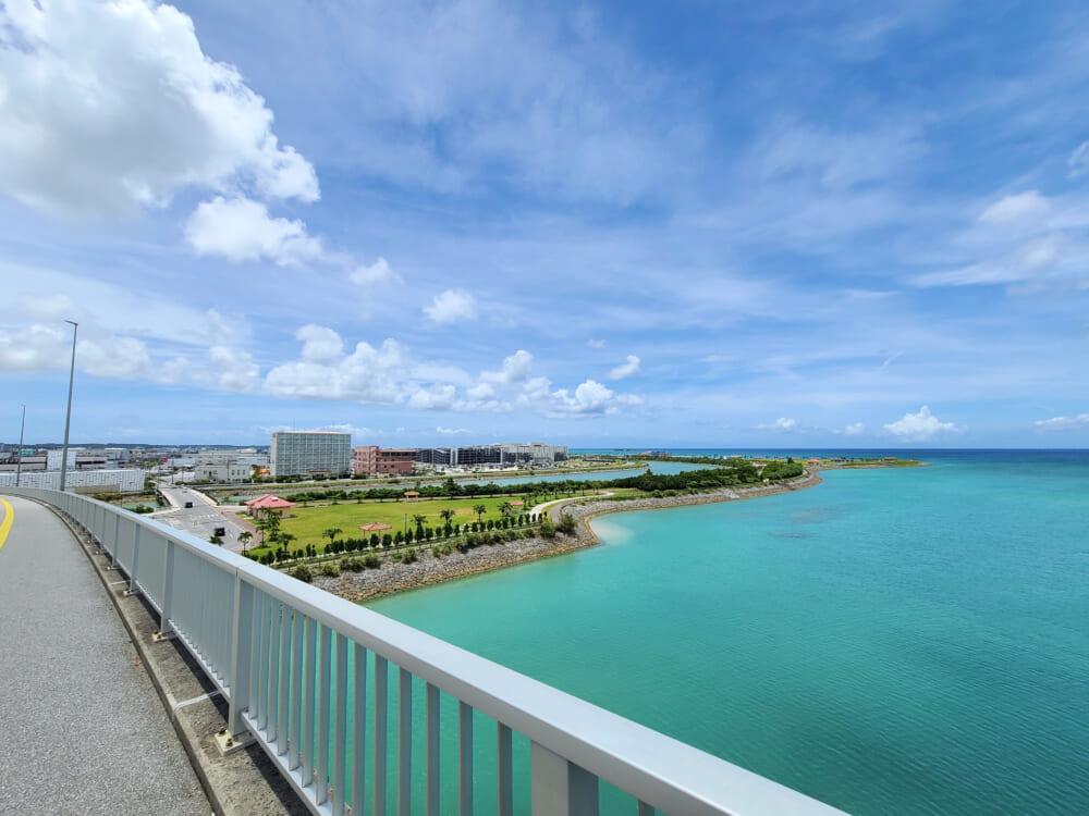 あしびなー周辺の橋から見る海