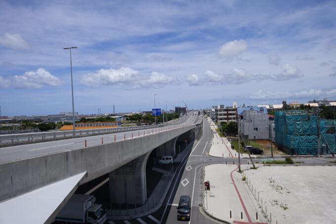 沖縄の高架道路
