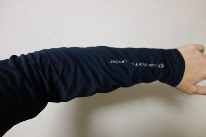 パールイズミのロードバイク夏用インナー クールフィットドライUVロングスリーブの腕部分