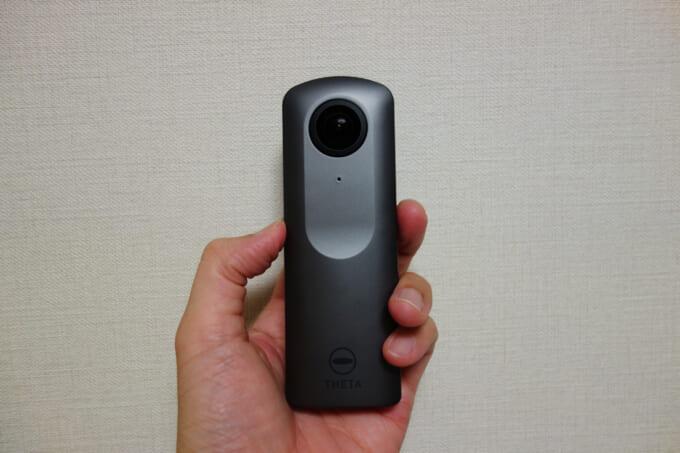 360度カメラ リコーシータVを手に持った大きさイメージ