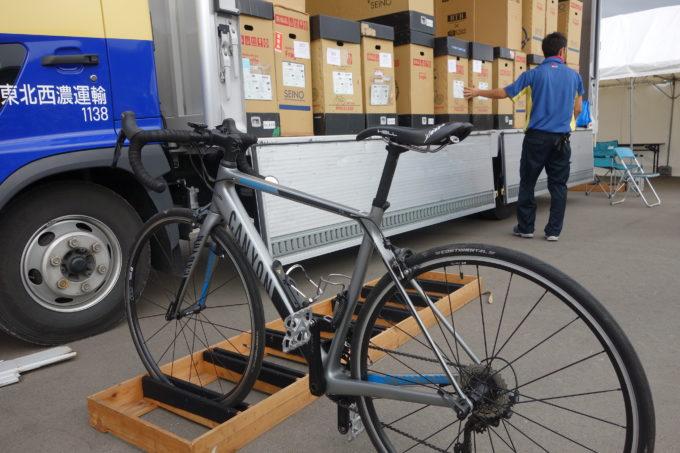 西濃運輸カンガルー自転車イベント便 西濃運輸カンガルー自転車イベント便 イベント会場で組み立てたロードバイク
