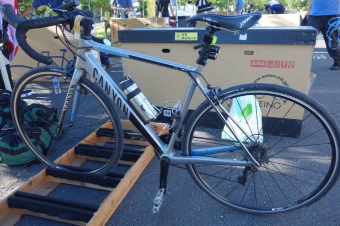 ロングライドのロードバイクに設置したサーモスのロードバイク用魔法瓶ボトル