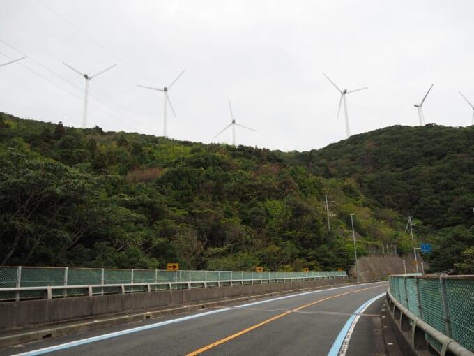 佐田岬半島に並ぶ風力発電の風車