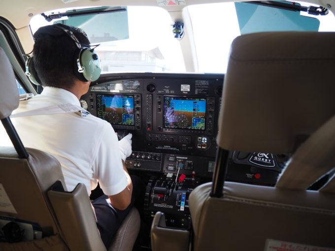 しまなみ海道を遊覧飛行する飛行機のコクピット