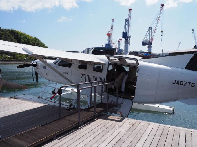 しまなみ海道を遊覧飛行する飛行機の機体内部