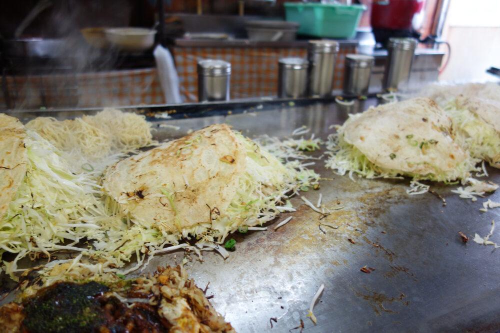 しまなみ海道因島のお好み焼き「いんおこ」 鉄板で焼かれているお好み焼き