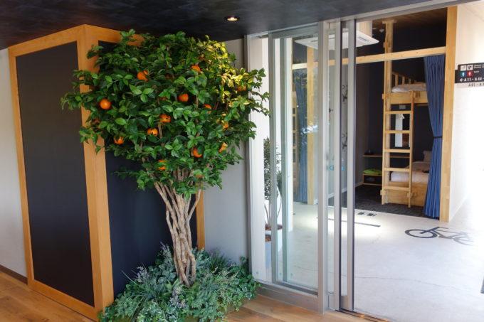 しまなみ海道大三島 サイクリストホテル IKIDANE CYCLIST HOSTEL & CAFE SHIMANAMIの宿泊棟入り口