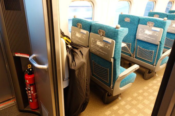 新幹線の車両最後部座席の後ろの荷物スペース