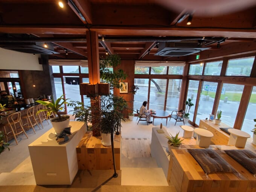 ソイル瀬戸田の1階 食堂とラウンジスペース内装全景