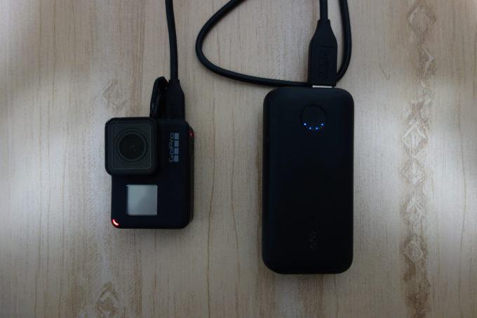モバイルバッテリーと接続したGoPro HERO7 Black