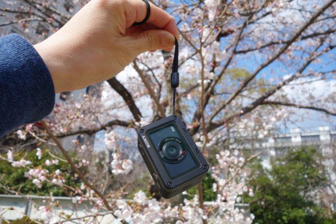 ソニーのデジタルカメラRX-0 ストラップを持った大きさイメージ