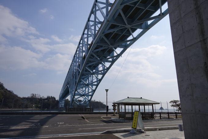 とびしま海道の食事処 麒麟(きりん)の上にかかる蒲刈大橋