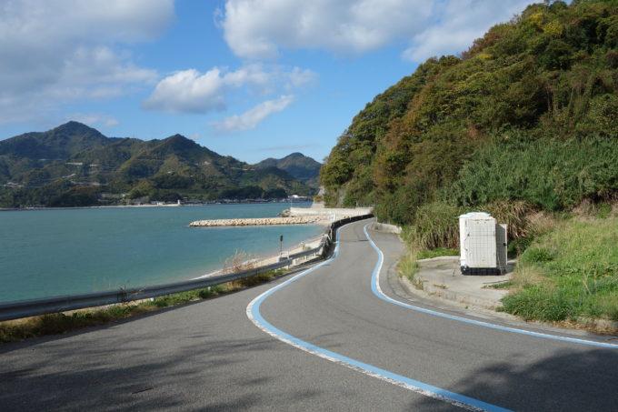 とびしま海道 岡村島の海岸線の道路の景色