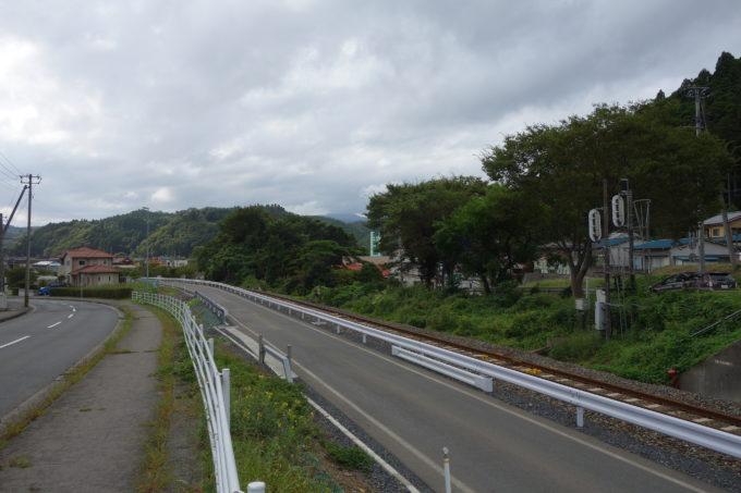気仙沼 大船渡線の線路と気仙沼線のBRT専用道路