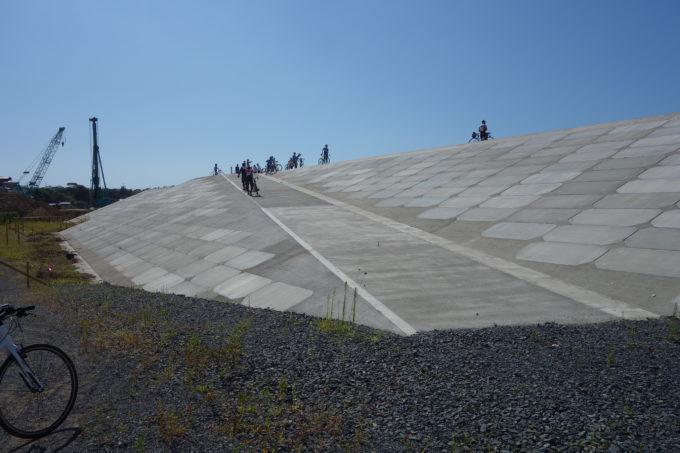 かさ上げ工事の防潮堤
