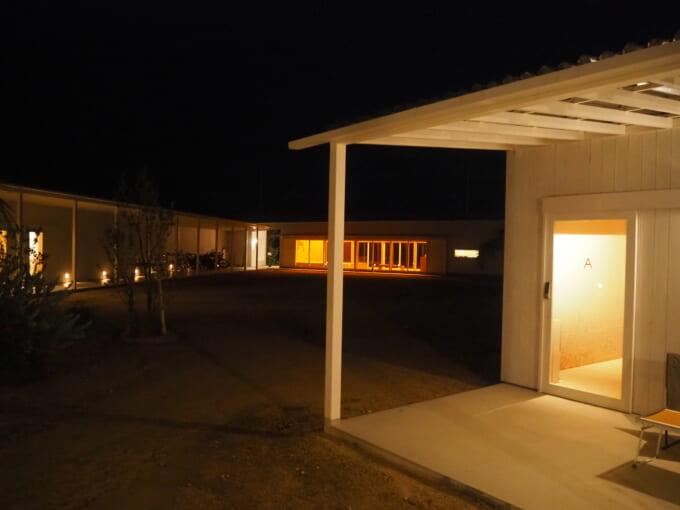 夜のWAKKAの敷地