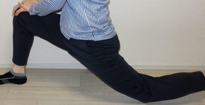 ストレッチエナジーアンクル丈パンツで足を前後に開く