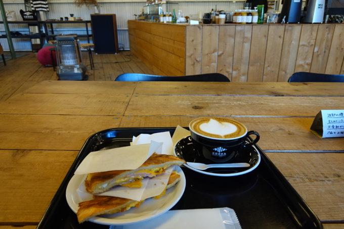 ゼブラコーヒー&クロワッサン テーブルとカウンター