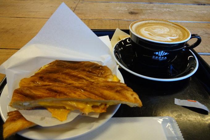 ゼブラコーヒー&クロワッサン パニーニとカフェラテ